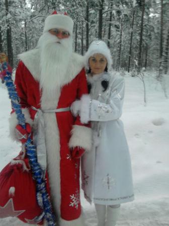 Фото. Дед Мороз и Снегурочка в заснеженном лесу.
