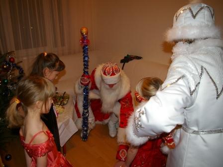 Фото. Дед Мороз, Снегурочка и дети отгадывают загадки.