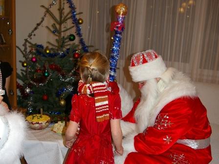 Фото. Дед Мороз вручает новогодний подарок.