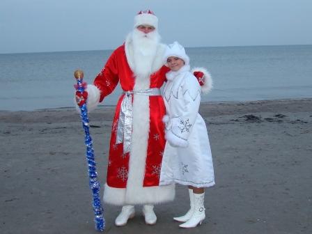 Фото. Дед Мороз, Снегурочка и Балтийское море. И отдельный привет  подражателям, которым понравился неожиданный сюжет этой фотографии! Если нам подражают - значит есть чему.