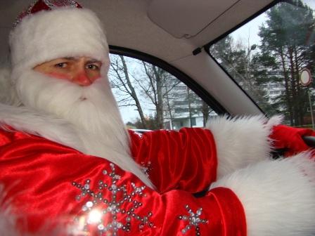 Фото. Дед Мороз спешит на Новый год к детям.