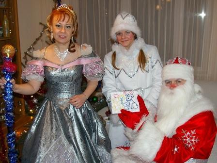 Фото. Дед Мороз, Снегурочка и Снежная Королева получили самый прекрасный подарок к новому году - детский рисунок